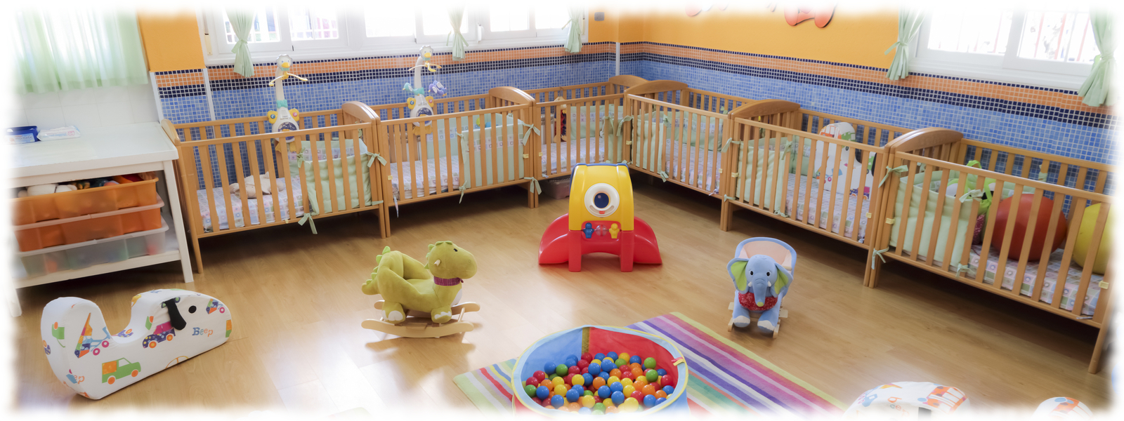 Juegos y cunas en el aula de bebés en la Escuela Infantil Booma en Talavera de la Reina